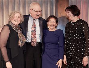 Dre Susan Phillips, Dr Reginald L. Perkin, Dre Eva Grunfeld et Dre June Carroll, recipients of the Prix du CMFC pour l'ensemble des réalisations dans la recherche en médecine familiale